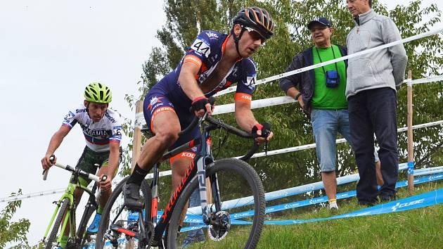 Úvodní závod národního poháru cyklokrosařů se jel ve Slaném. Martin Bína dojel po dvouleté přestávce devátý.