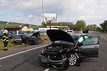 Dopravní nehoda na silnici I/38 u sjezdu na Nové Dvory a Malín: čelní střet dvou osobních automobilů.