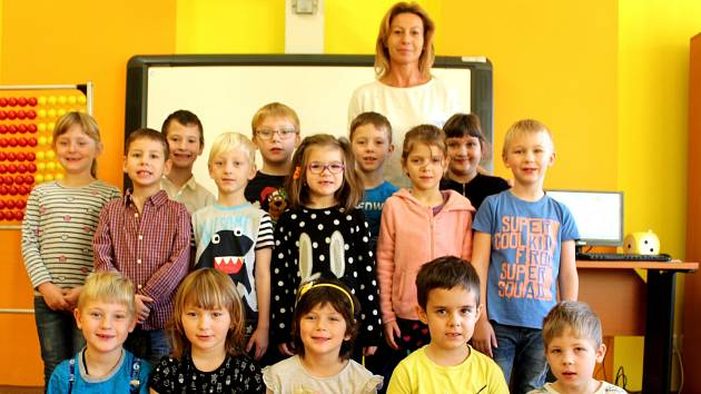 Prvňáčci ze Suchdola s třídní učitelkou Hanou Kopečkovou ve školním roce 2019/2020.