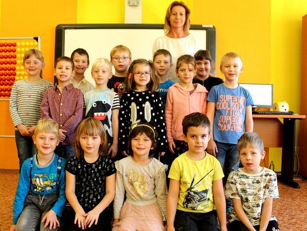 Prvňáčci ze Suchdola střídní učitelkou Hanou Kopečkovou ve školním roce 2019/2020.