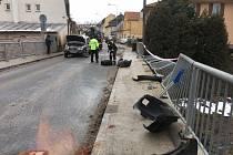 Automobil havaroval v Malešově na mostě.