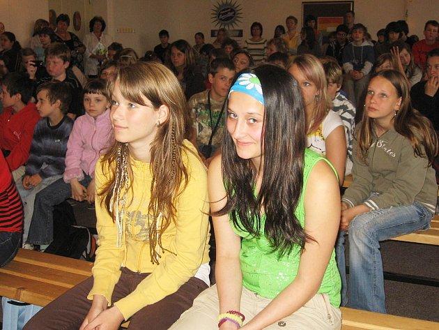 Publikum pěvecké soutěže Doremi v aule Základní školy Kamenná stezka v Kutné Hoře.