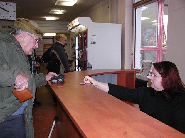 Recepci najdou pacienti u vchodu do polikliniky v Kutné Hoře.