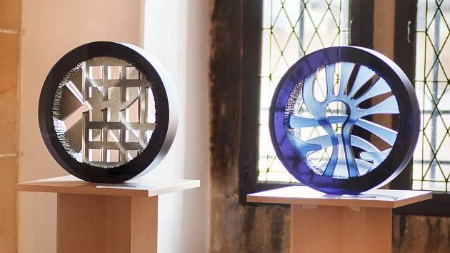 Z výstavy skleněných plastik Stanislava Kostky vKamenném domě v Kutné Hoře.