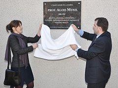 Odhalení pamětní desky na domě profesora Aloise Musila v Otrybech.