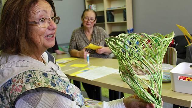 Seniorky si vyrobily v kutnohorské knihovně betlém.