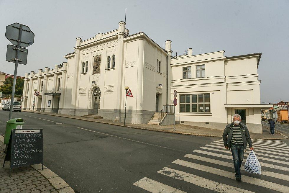 Z prohlídky Dusíkova divadla v Čáslavi.