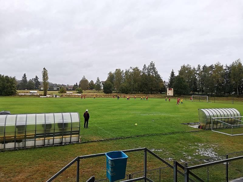 Zápas I. B třídy (sk. D) Jiskra Zruč nad Sázavou - Kondrac (3:2pk). Fotbalový areál pohledem z tribuny.