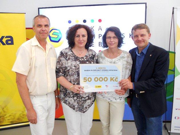 Zástupci ZŠ T. G. Masaryka převzali cenu za vítězství v olympijském víceboji