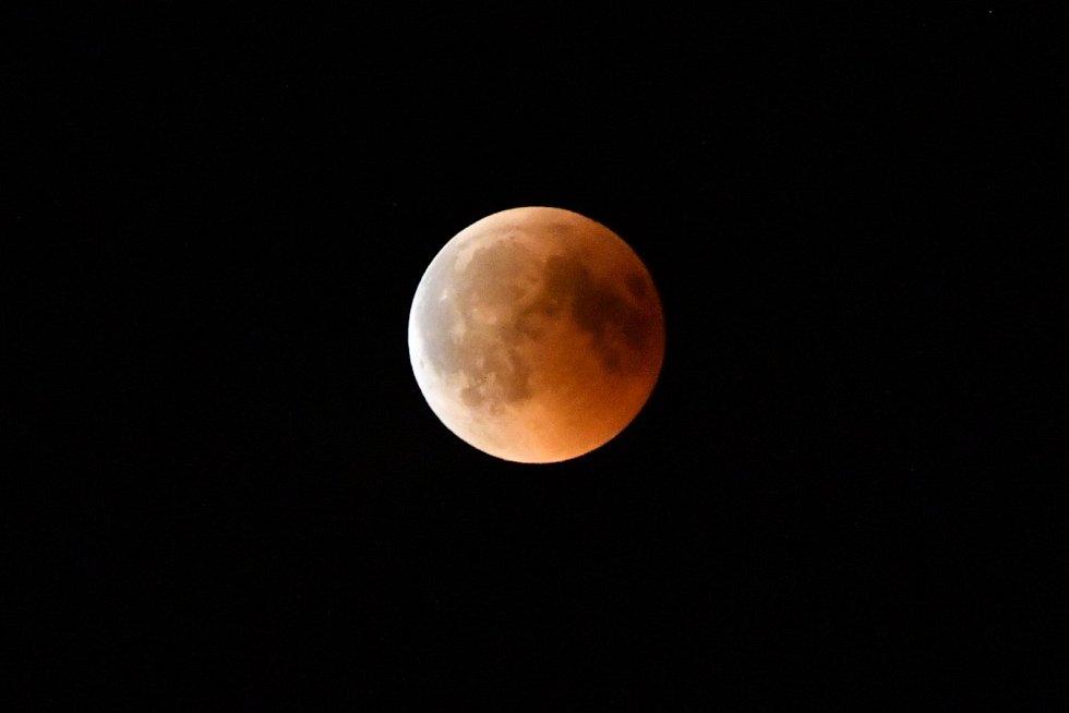 Zatmění Měsíce 27.7.2018, jak bylo vidět v Kácově.