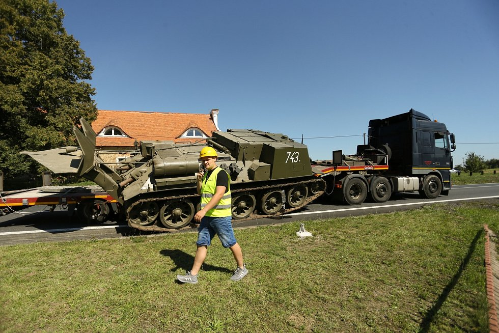 'Tank' sesunutý z návěsu kamionu na silnici I/38 u motorestu Na Písku nedaleko Golčova Jeníkova.