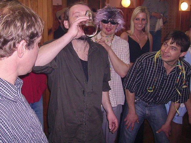Maškarní bál v sokolovně v Močovicích, soutěž v pití piva na čas.