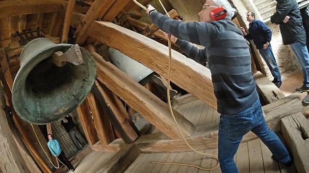 Svatobarborský zvon Ludvík rozezněli kutnohorští zvoníci v neděli 23. dubna v poledne na nějakou dobu naposledy. Největší ze tří svatobarborských zvonů, jejichž hlasy znějí nad údolím Vrchlice z věže bývalé jezuitské koleje, bude svěřen do péče odborníků.