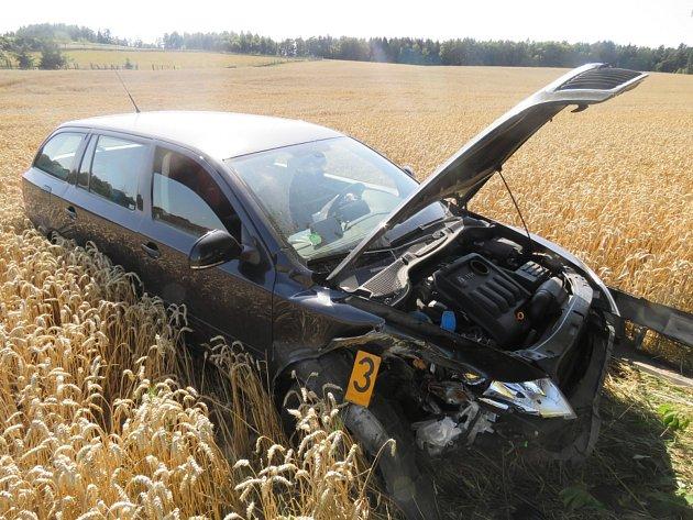 Osmatřicetiletá žena narazila se svým vozidlem do stromu.