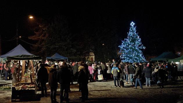 Ve Zbraslavicích rozsvítili vánoční strom.