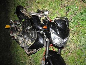 Čtyřiadvacetiletá řidička havarovala na motocyklu.
