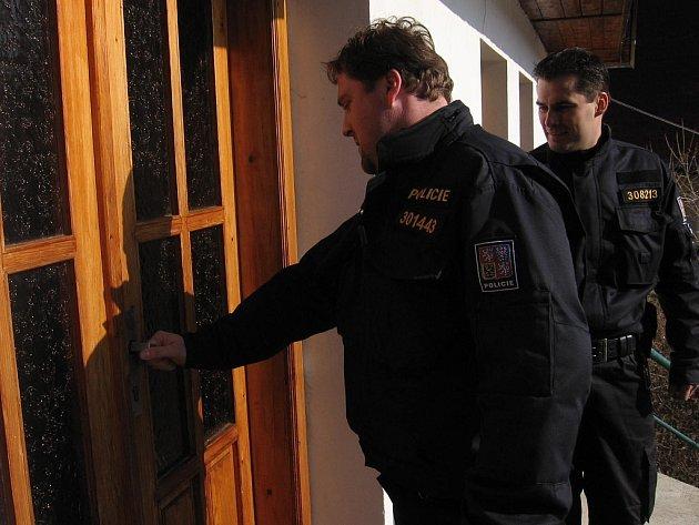 Zbraslavičtí policisté při kontrole chaty v Opatovicích I.