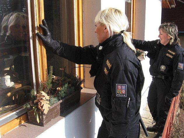 Zbraslavické policistky při kontrole chaty v Opatovicích I.