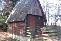 Kontrolovaná chata v osadě Katlov.
