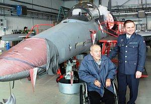 Pavel Dědič a iniciátor návštěvy nadrotmistr Vladimír Kosina během prohlídky letounu L-159 ALCA.