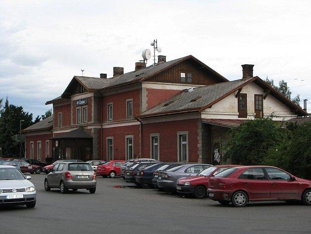 Přeplněné parkoviště u nádraží v Čáslavi.