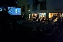 Letní kino na dvoře Dusíkova divadla v Čáslavi.