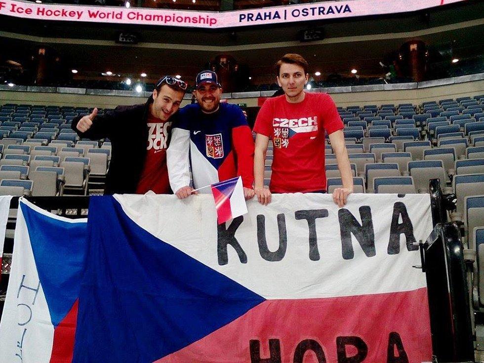 Fanoušci z Kutné Hory v O2 aréně. Zleva Michal Jakoubek, Pavel Hulman a Ondřej Černý.