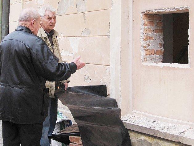 Otvor ve zdi po bankomatu v Lierově ulici přilákal pozornost mnoha lidí.