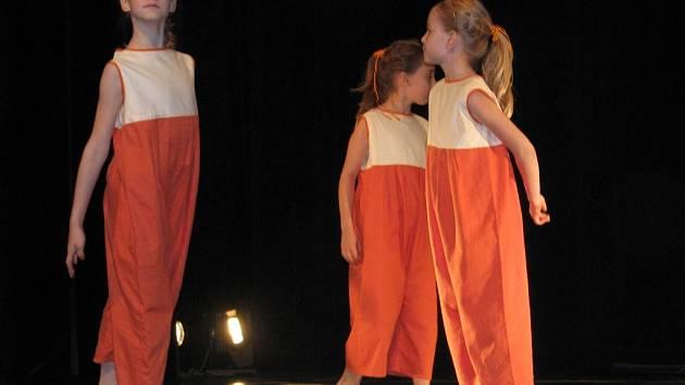 Přehlídka dětských scénických tanců.