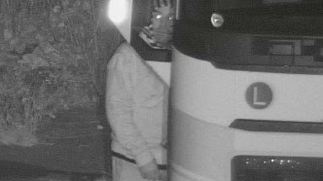 Policisté pátrají po muži z kamerového záznamu.
