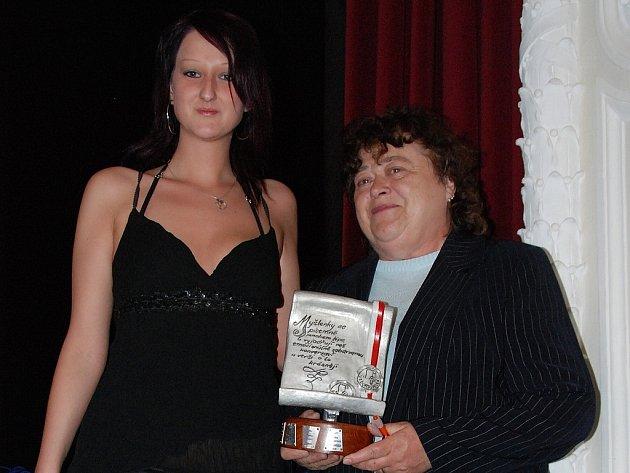 Vítězka Stříbrné buly za rok 2007 Věra Vejnarová (vpravo) z Čáslavi obdržela putovní cenu od Adély Stříbrné ze Sokolova. Před rokem se ze stejného triumfu radoval Pavel Franc z Kutné Hory.