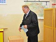 Celkem 74 kandidátů soupeři v letošních komunálních volbách o účast v zastupitelstvu Uhlířských Janovic. Volební obvod je tam rozdělen do tří volebních okrsků. Že je o volby velký zájem, dává tušit poměrně vysoká účast voličů v první den voleb.