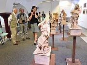 Pod názvem Malba, kresba, keramika, grafika, odhalující i techniku vystavovaných exponátů, se otevřela výstava výtvarného oboru Základní umělecké školy Františka Kmocha vKolíně.