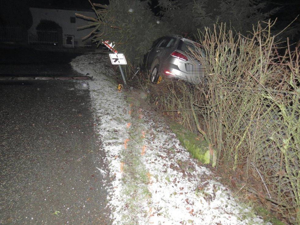 Dopravní nehoda ve Zruči nad Sázavou. Třiačtyřicetiletý muž měl 1,64 promile alkoholu v dechu, sám zastavil městské strážníky.