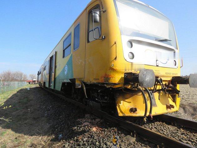 Na nechráněném přejezdu uChmeliště se střel traktor sosobním vlakem.
