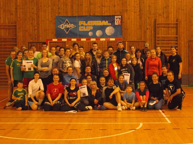 Vánoční turnaj mladých florbalistek.