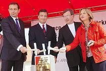 Na základní kámen budoucí zahrady poklepali (zleva) generální ředitel Metrostavu Pavel Pilát, středočeský hejtman David Rath, arichitekt Jiří Krejčík a ředitelka GASK Jana Šorfová.
