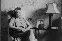 Vlasta Moravcová s fotografií svého muže generála Moravce, rok 1950, Washington D.C.