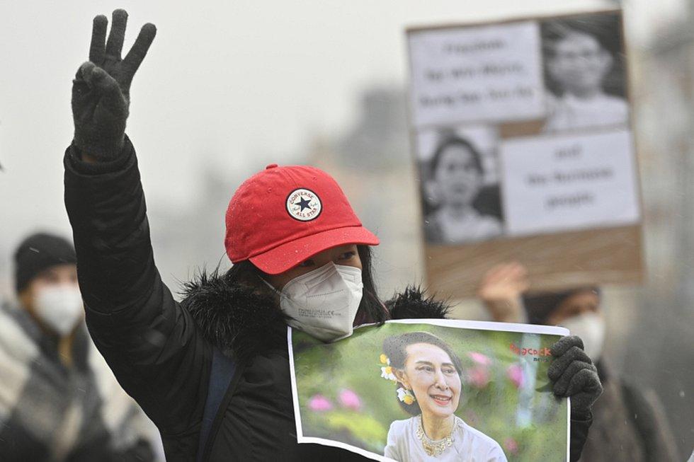 Účastníci protestu proti vojenskému převratu v Barmě uspořádaného 6. února 2021 na Václavském náměstí v Praze.