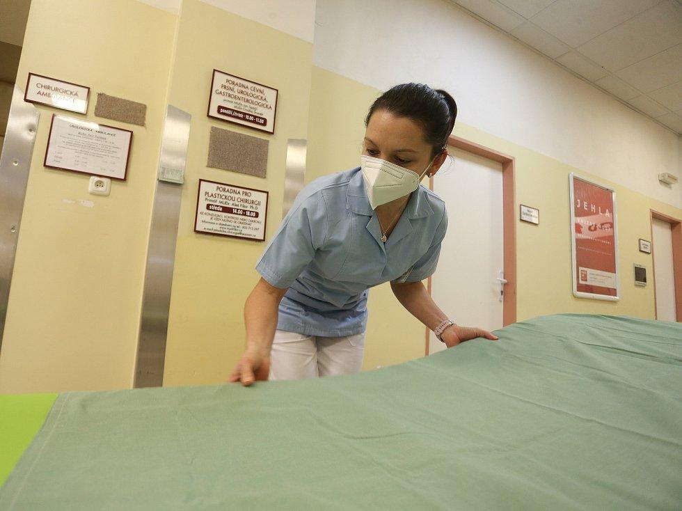 Výpomoc vojáků z čáslavské letecké základny v městské nemocnici. Na snímku desátnice Michaela Prokopová.