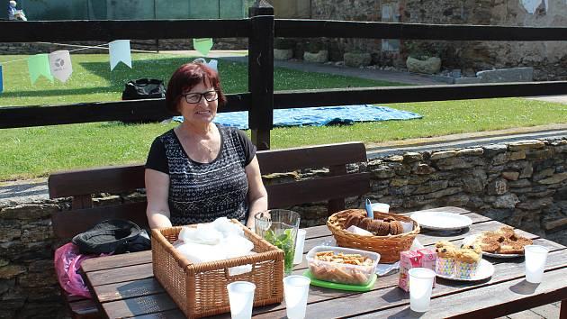 Férová snídaně v zahradě čáslavské Diakonie.