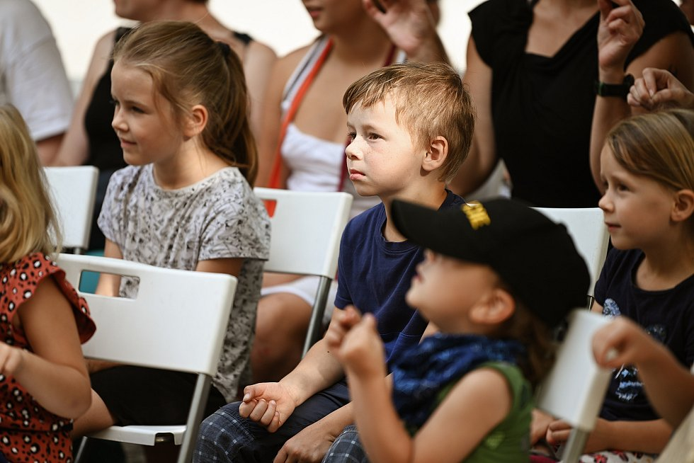 Divadelní festival Kutná Hora: loutkové představení pro děti 'Bojím se v lese' na Palackého náměstí.