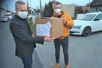 Společnost Philip Morris ČR věnovala městu Kutná Hora 800 jednorázových roušek.