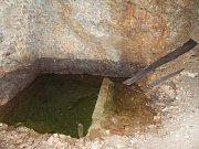 Studna ve sklepení bývalého hradu Chlum.