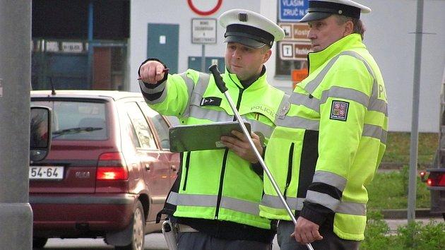 Vyšetřování dopravní nehody na přechodu pro chodce u kruhového objezdu na Kaňku.