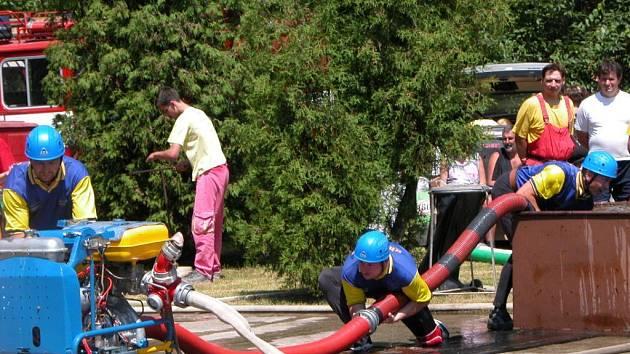 Sbor dobrovolných hasičů Křesetice při požárním útoku na Kutnohorské hasičské lize.