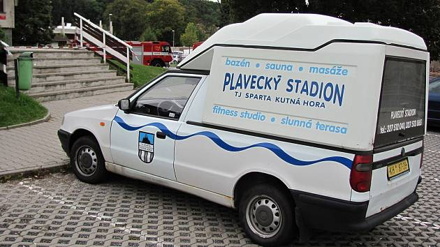 Parkoviště před plaveckým stadionem v Kutné Hoře.