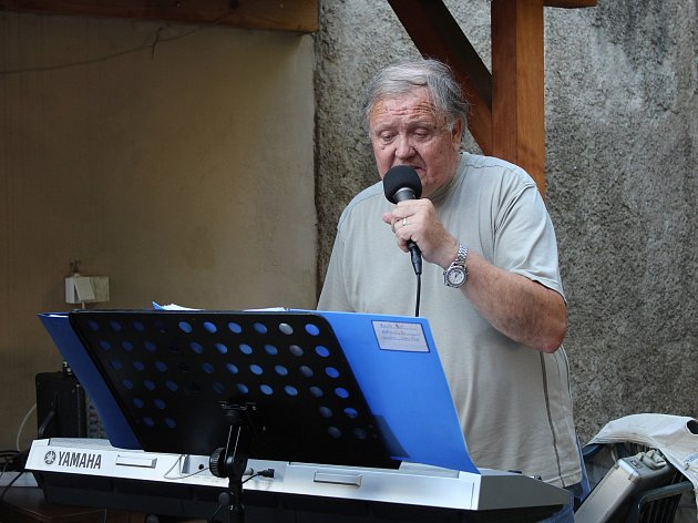 V kutnohorském parku U Tří pávů zazpíval a zahrál Oldřich Drahorád.