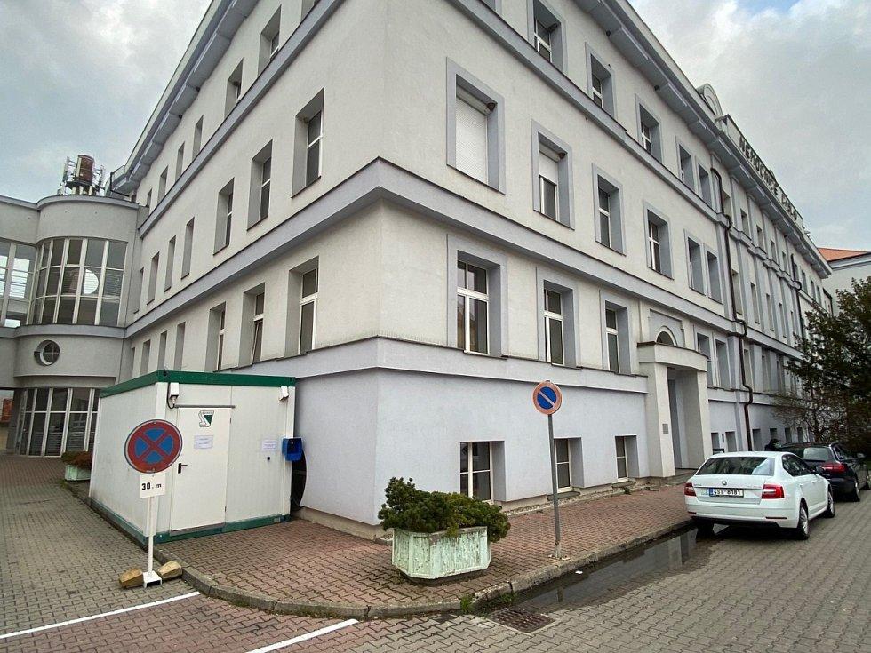 Infekční buňka vedle hlavního vchodu do Městské nemocnice v Čáslavi, sloužící k vyšetření potencionálně nakaženého pacienta.