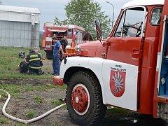 Dohašení požáru v odchovně jalovic v Hranicích.